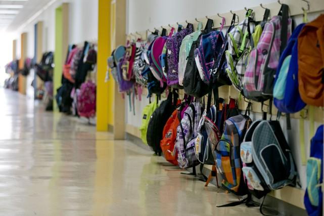 Des centaines de parents ont formé une file dès les premières heures de la... (PHOTO DAVID BOILY, ARCHIVES LA PRESSE)
