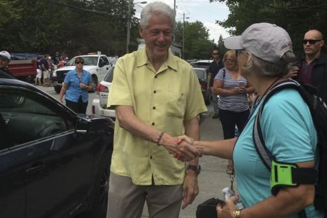Bill Clinton a serré la main de plusieurs... (Photo fournie)