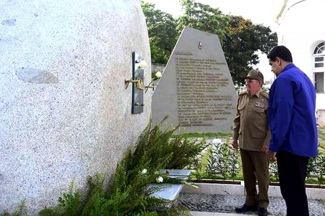 Le président cubain Raul Castro (gauche) et son... (AFP)