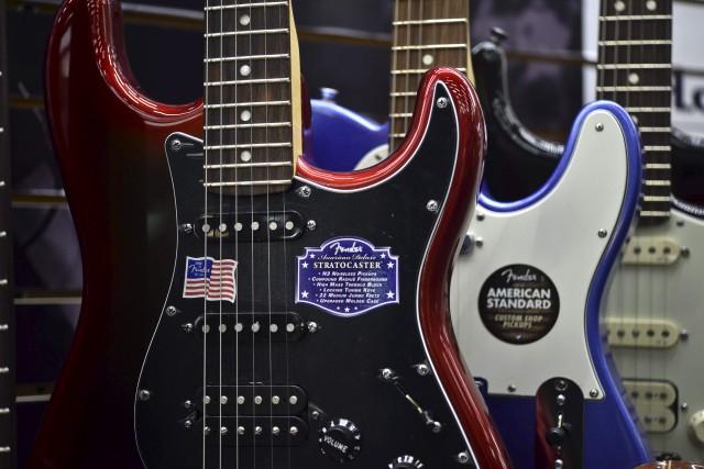 Deux modèles de guitare Fender fabriquées à Corona,... (AFP, YURI CORTEZ)
