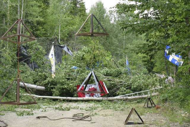 Une barricade d'arbres s'élèvait sur le chemin forestier... (Collaboration spéciale, Geneviève Gélinas)
