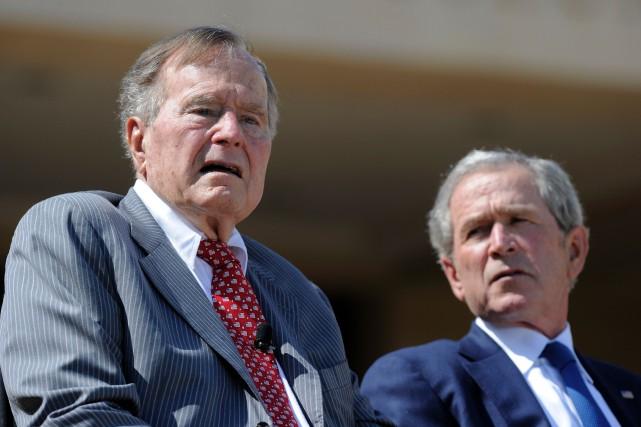 Les deux anciens présidents américains George H.W. Bush... (Photo AFP)