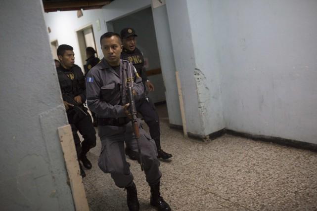 Des hommes armés ont attaqué un des principaux... (Photo Luis Soto, AP)