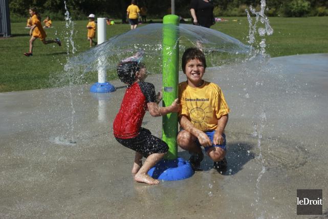Des enfants s'amusent dans les jeux d'eau à... (Martin Brunette, Le Droit)