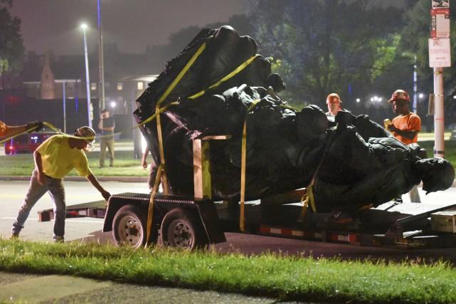 Les statues confédérées de plusieurs villes américaines ont... (AP, Jerry Jackson)