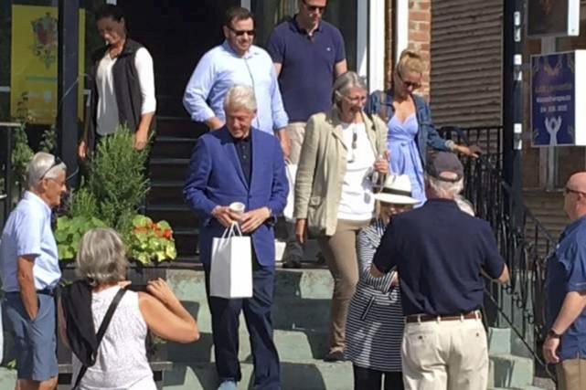 Bill Clinton, sa femme Hillary et leur famille... (tirée de Facebook)