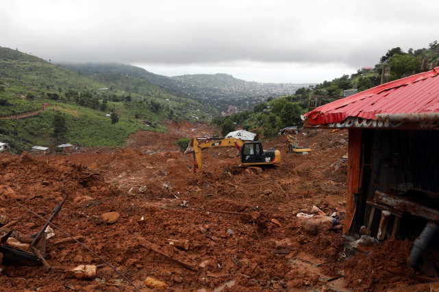 Des pans d'une montagne se sont affaissés «sur... (REUTERS)
