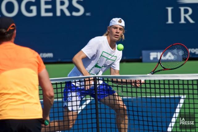 Denis Shapovalov s'est exercé avec son entraîneur Martin... (Photo André Pichette, La Presse)