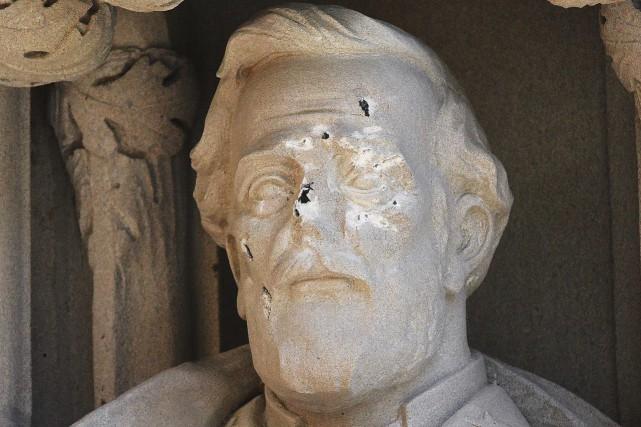 Une statue de Robert E. Lee a été... (PHOTO AP)