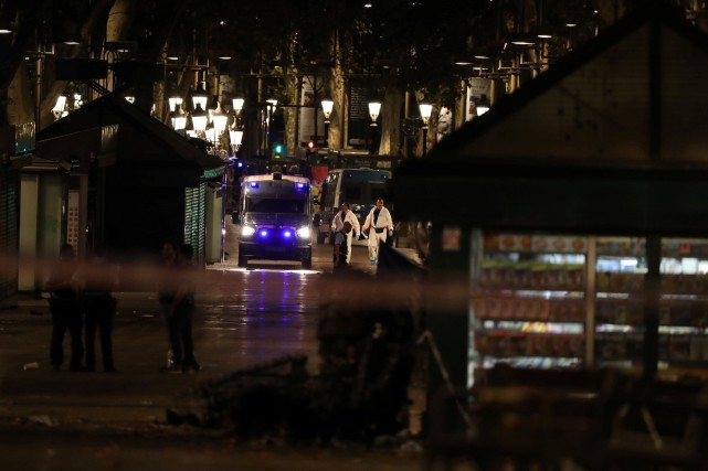 De nombreux enquêteurs sillonnaientle lieu de l'attentat, jeudi... (Photo Sergio Perez, REUTERS)