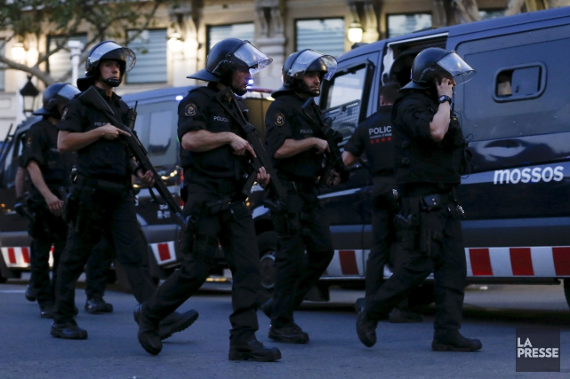 Des policiers espagnols sur le site de l'attentat... (AFP, Pau Barrena)