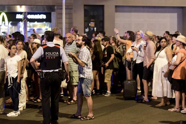 Des touristes attendent que les policiers leur permettent... (AFP, Javier Soriano)