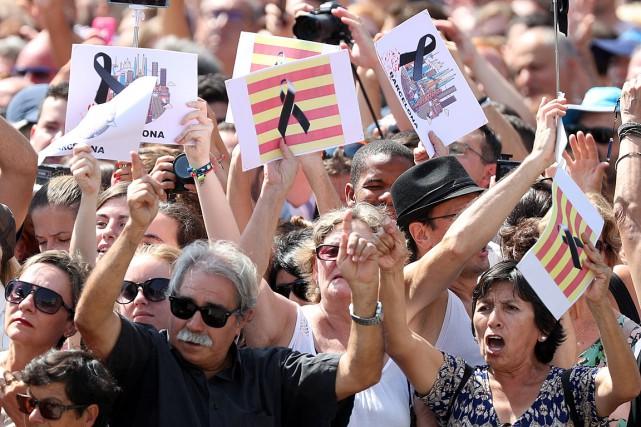 Une minute de silence en hommage aux victimes... (PHOTO SERGIO PEREZ, REUTERS)