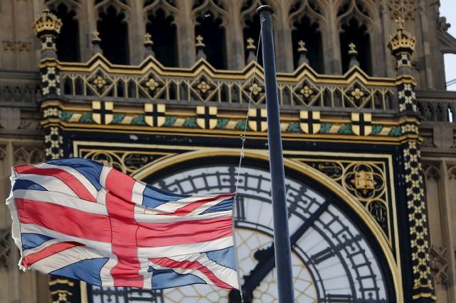 Le drapeau était en berne vendredi à Londres,... (AFP, Tolga Akmen)