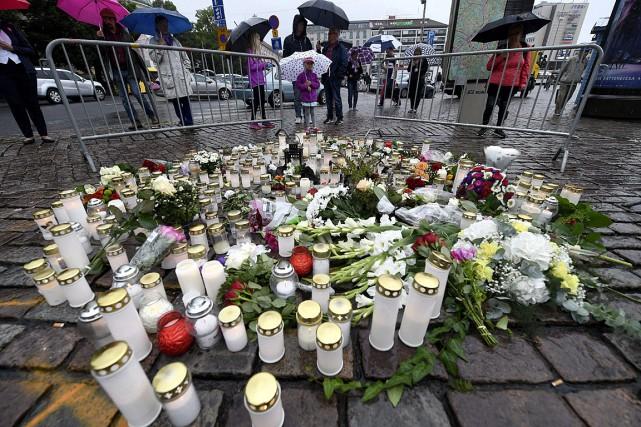 Des bougies et des fleurs ont été placées... (PHOTO VESA MOILANEN, AP/LEHTIKUVA)