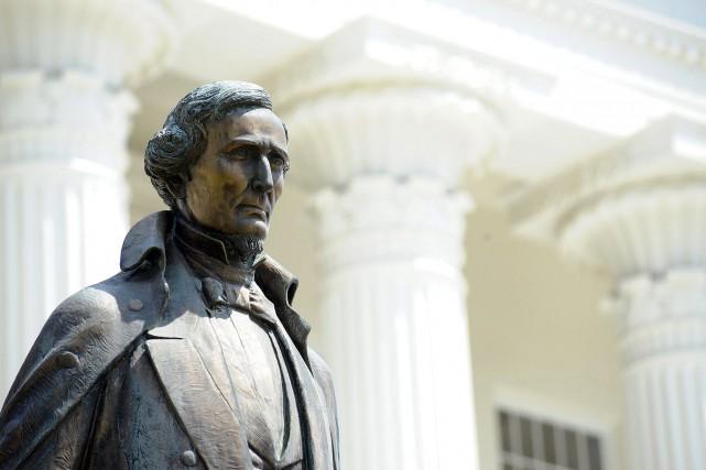 Une statue de l'ancien président américain Jefferson Davis.... (PHOTO ARCHIVES AP)