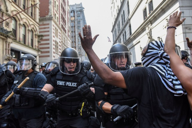 Selon le journal Boston Globe, 20 manifestants ont été... (PHOTO Stephanie Keith, REUTERS)