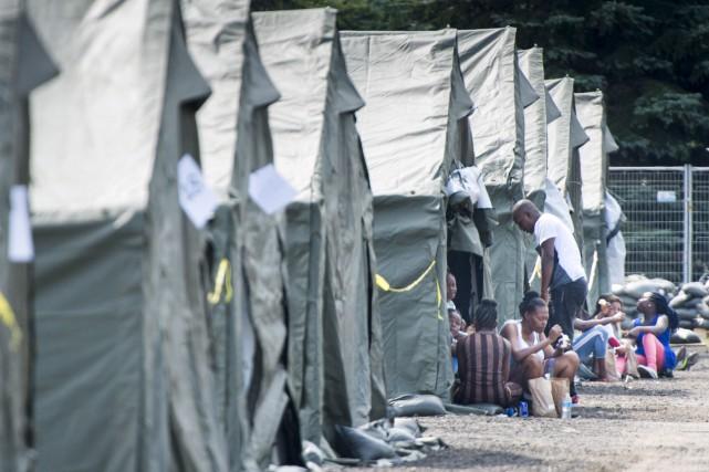 Des demandeurs d'asile près du poste-frontière de Saint-Bernard-de-Lacolle... (La Presse canadienne, Paul Chiasson)