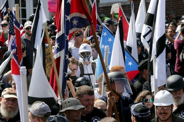 Des suprémacistes blancs lors des manifestations à Charlottesville... (Archives AP, Steve Helber)