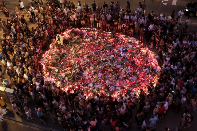 Pendant que la police espagnole continue de traquer... (AP, Manu Fernandez)