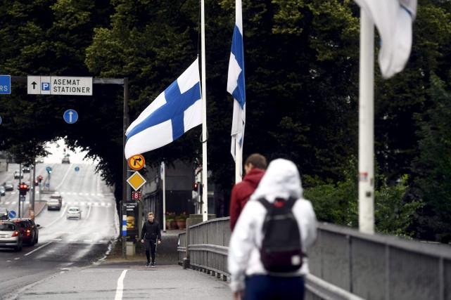 Les drapeaux sont en berne à Turku, en... (Photo Vesa Moilanen, archives Agence France-Presse)