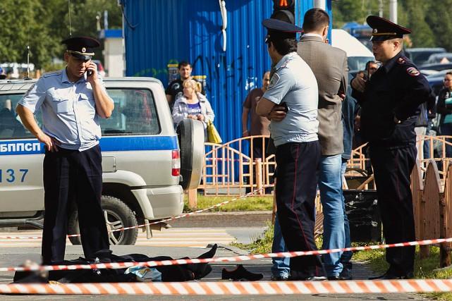 Des policiers ont érigé un périmètre autour du... (PHOTO IRINA SHVETS, AP/SIAPRESS.RU)