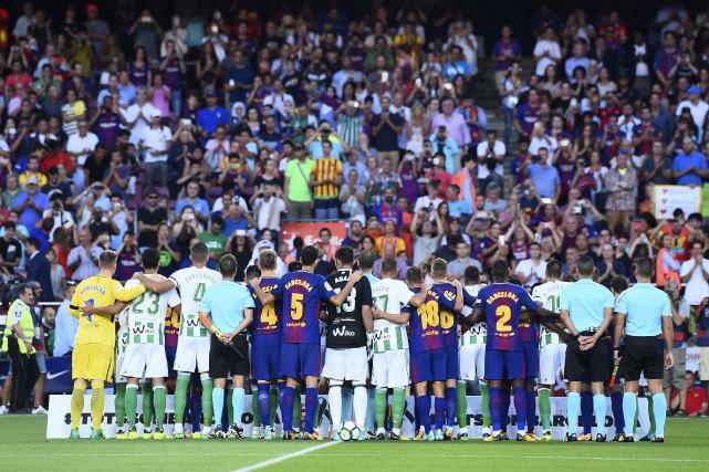 Les joueurs du FC Barcelone et du Betis... (PHOTO AFP)