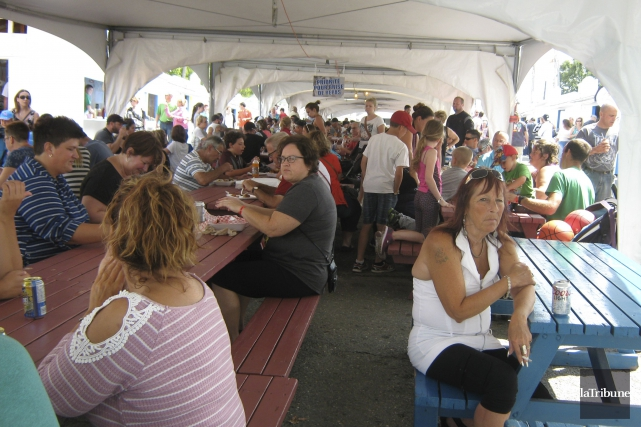 Plusieurs personnes ont participé au Festival des gourmands... (Photo La Tribune, Stéphanie Girard)