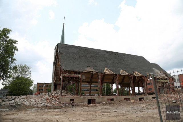 Le chantier de démolition de l'église St-Joseph... (archives La Voix de l'Est)