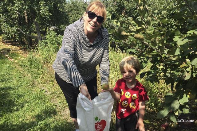 Le petit Olivier Williams, accompagné par sa grand-maman... (photo la tribune, tommy brochu)