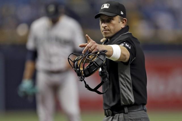 L'arbitre Chris Guccione a porté le bracelet lors... (AP, Chris O'Meara)