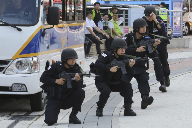 Des policiers sud-coréens participent aux exercices.... (Photo Ahn Young-joon, Associated Press)