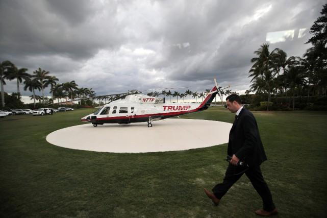Un membre du Secret Service près de l'hélicoptère... (ARCHIVES REUTERS)