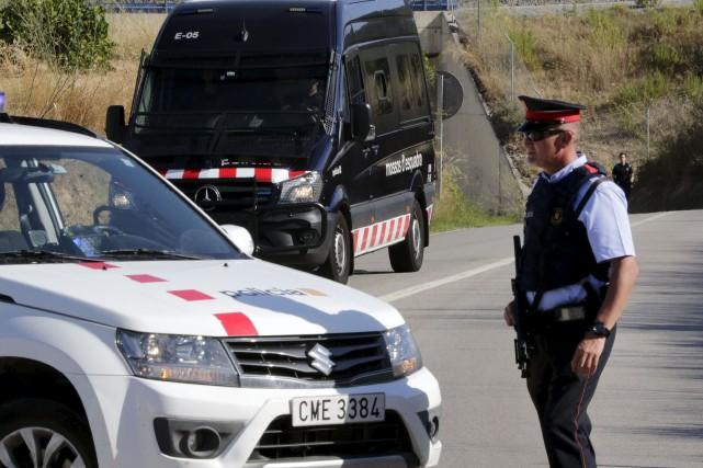 Des policiers montent la garde à l'endroit où... (Emilio Morenatti, Associated Press)