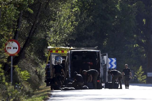 Une opération dans la ville de Subirats, à... (AFP, Lluis Gene)