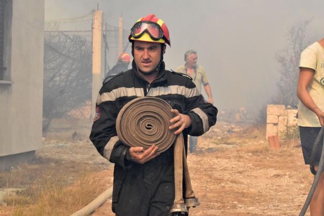 Un pompier à l'oeuvre près de la ville... (PHOTO AFP)