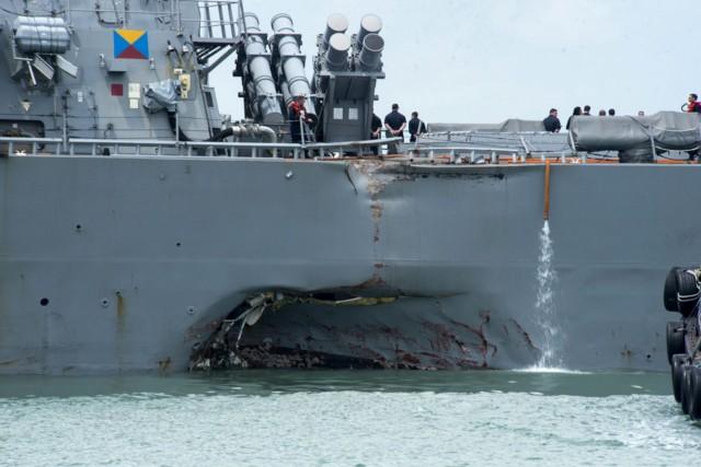 Le destroyer lance-missilesUSS John S. McCainest entré en... (PHOTO AP)