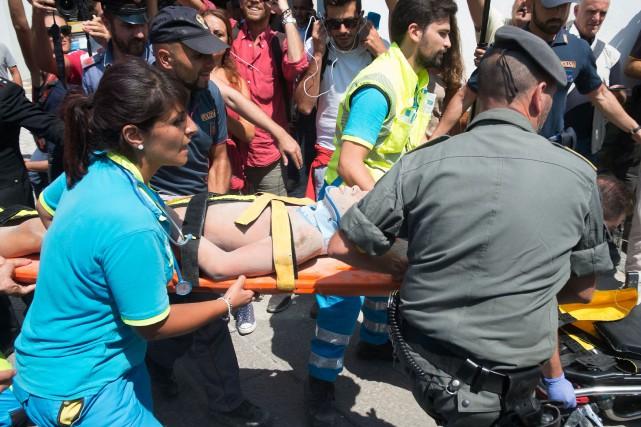 Plusieurs immeubles se sont effondrés et d'autres présentaient... (AFP)