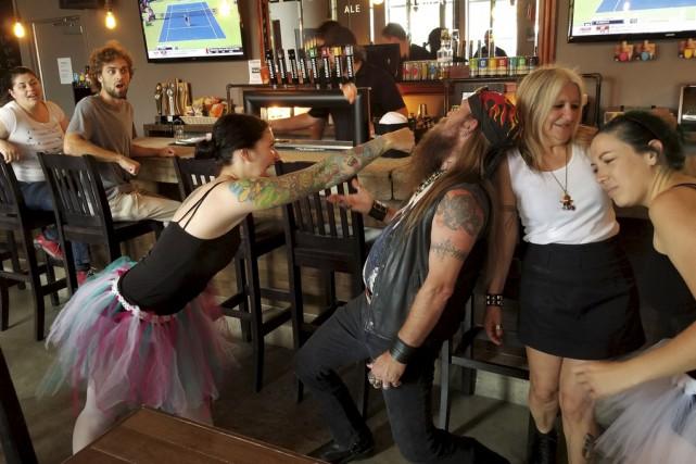 Une bataille de ballerines dans un bar de... (Etienne Groulx)