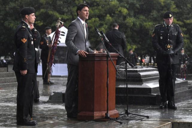 Justin Trudeau (au centre)... (Photo Justin Tang, La Presse Canadienne)