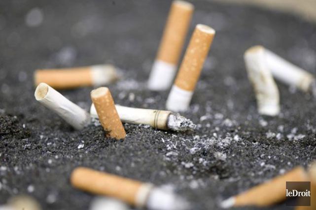 Des fumeurs se servent de leurs pots de... (Archives, LeDroit)