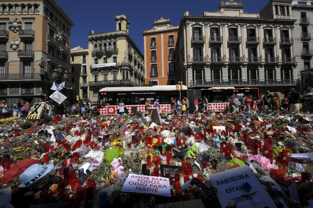 La population de Barcelone continue à rendre hommage... (AFP, Lluis Gene)