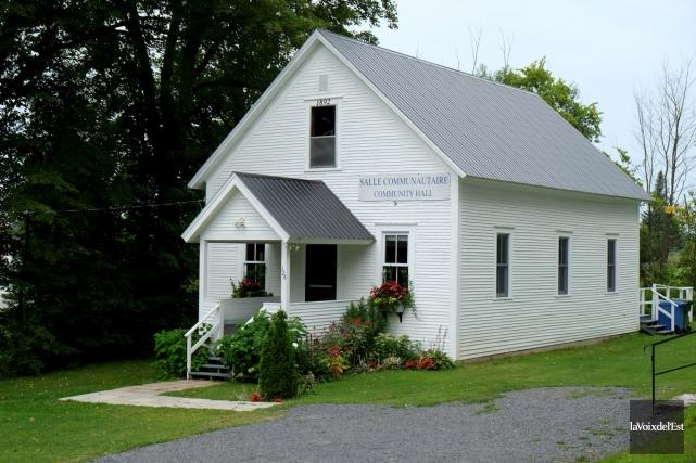 Le petit centre communautaire de Sutton Junction, construit... (Alain Dion, La Voix de l'Est)