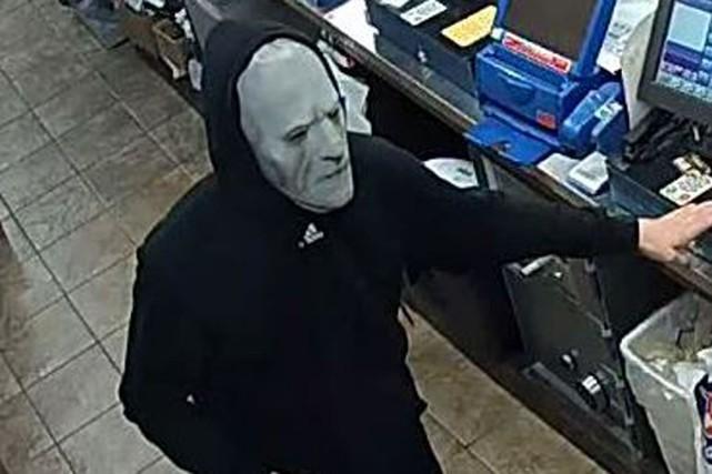 Un suspect masqué est recherché à la suite du braquage d'un dépanneur de la... (Courtoisie, Service de police d'Ottawa)