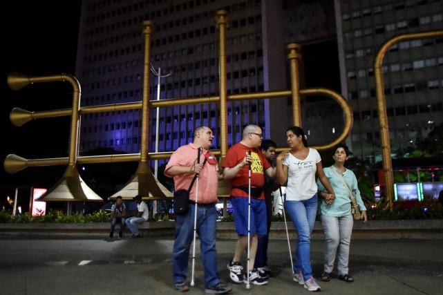 Un groupe de touristesaveugles ou malvoyants se promène... (PHOTO AFP)