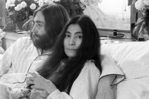 Yoko Ono avec JohnLennon lors du «bed-in» à... (PHOTO YVES BEAUCHAMP, ARCHIVES LA PRESSE)