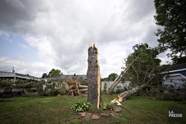 Une tornade a causé de lourds dommages à... (Photo Patrick Sanfaçon, La Presse)