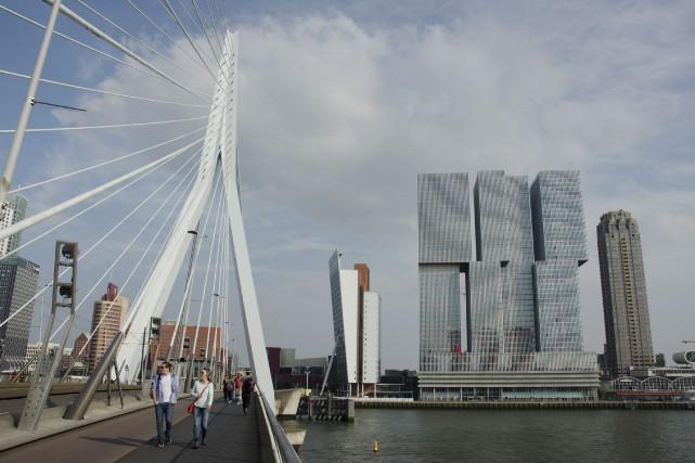 En traversant le pont Erasmusbrug, on aperçoit De... (La Presse, Veronica Perez-Tejeda)