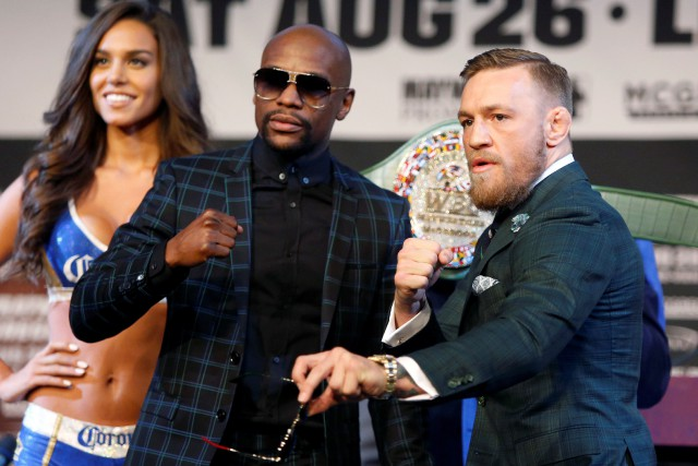 Floyd Mayweather et Conor McGregor posent lors d'une... (PHOTO REUTERS)