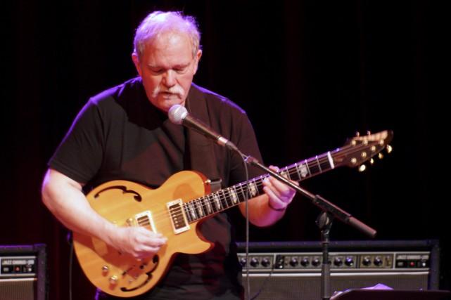 Le guitariste John Abercrombie lors d'un concert à... (Photo Jmreymond, tirée de wikipédia)